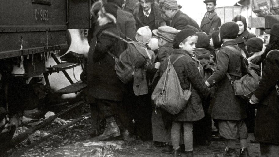 Children waiting to board the Kindertransport