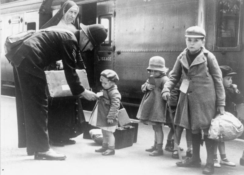 Children arriving at Kingsbridge Station in Devon, 1940